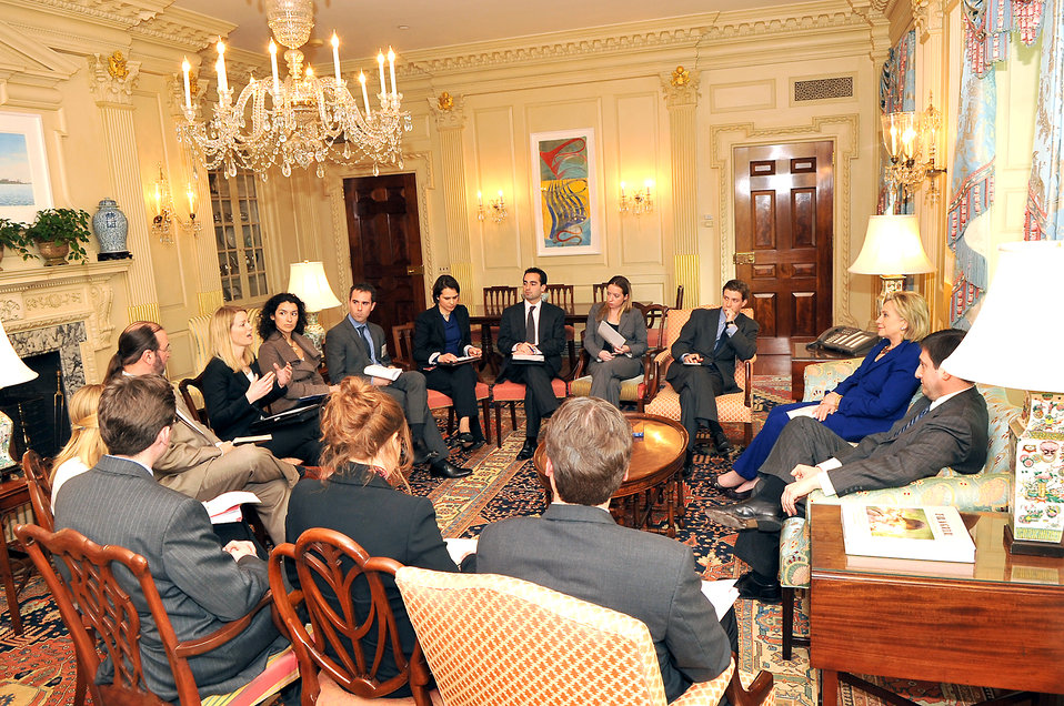 Secretary Meets With New Media Team