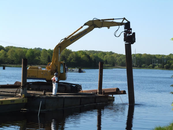 May 2009, Sturdy sheet piles are installed to guide dredge equipment