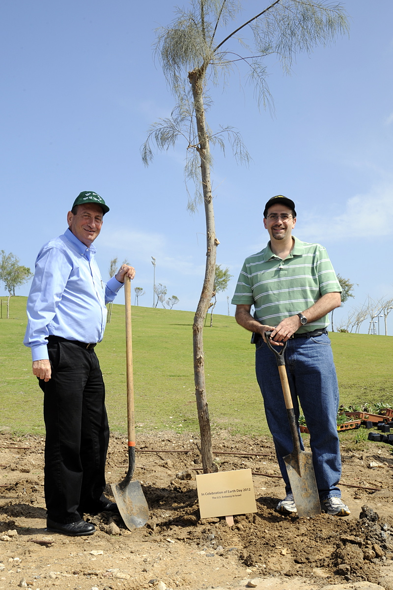 Ambassador Shapiro and Tel Aviv Mayor Huldai Plant Trees
