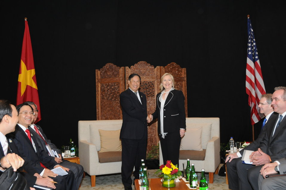 Secretary Clinton Shakes Hands With Vietnamese Foreign Minister Phạm Gia Khiêm