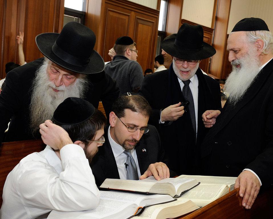 Ambassador Shapiro Visits the Mir Yeshiva