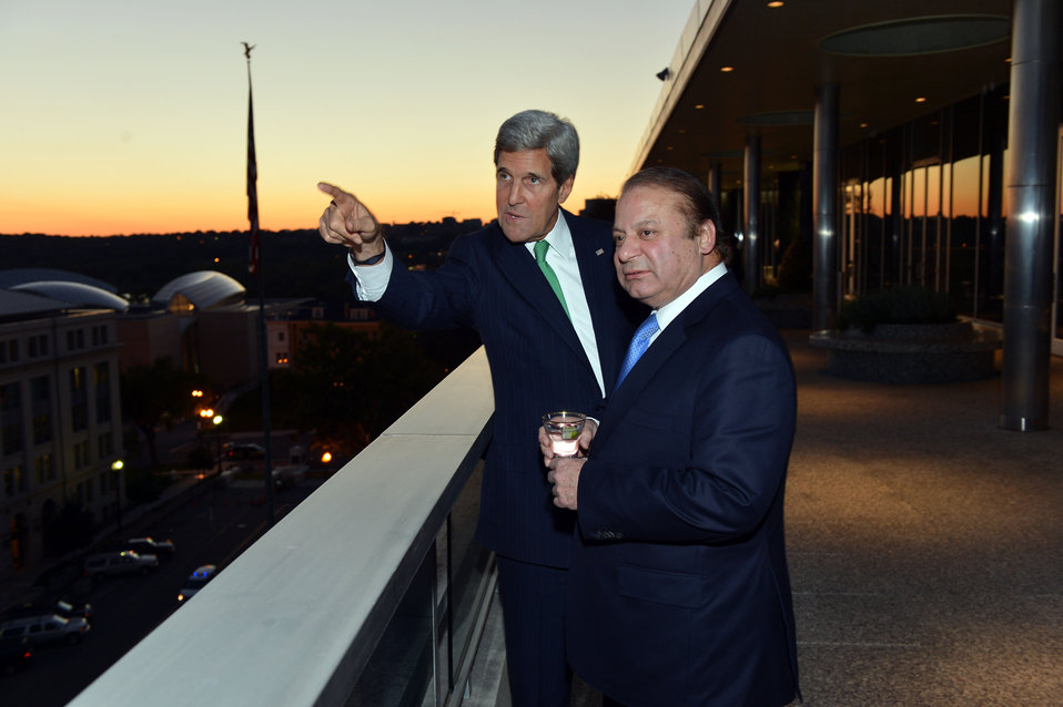 Secretary Kerry and Pakistani Prime Minister Sharif Look at the Monuments