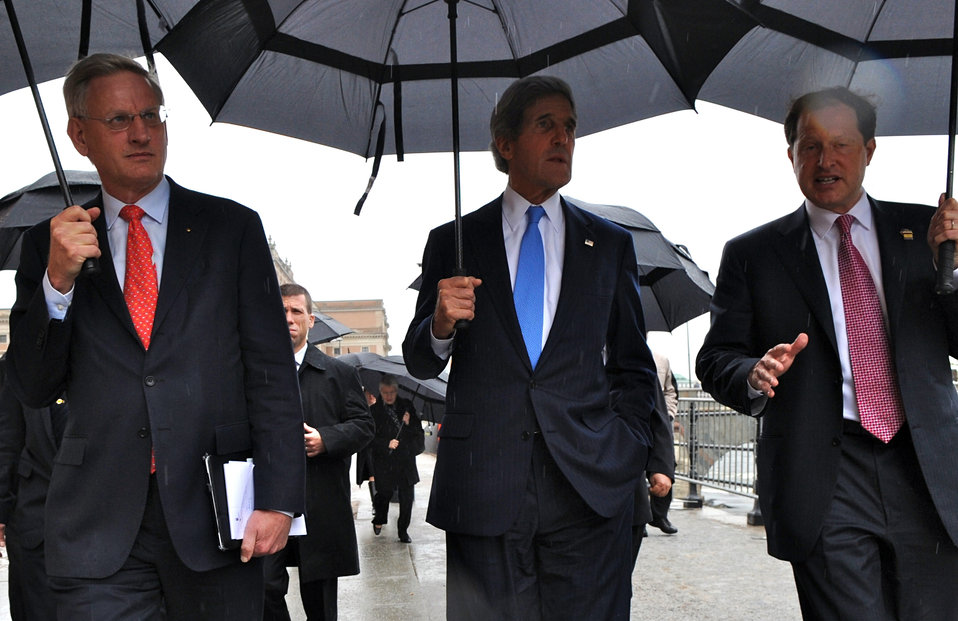 Secretary Kerry Walks to Swedish Prime Minister Reinfeldt's Office
