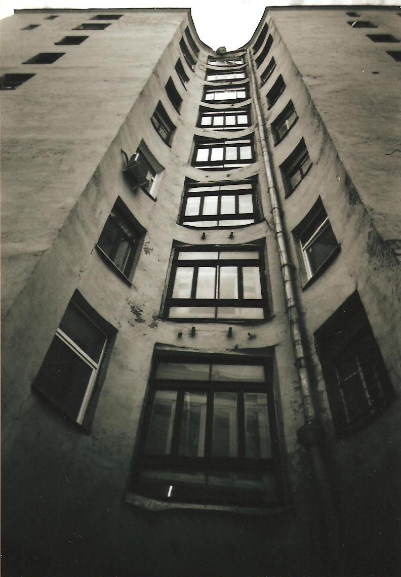 Русский:  Москва, Большой Гнездниковский переулок, дом 10. Вид со двора.