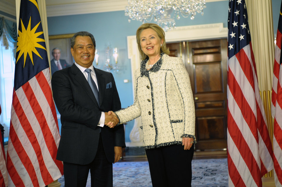 Secretary Clinton Shakes Hands With Malaysian Deputy Prime Minister and Education Minister Tan Sri Dato' Haji Muhyiddin Bin Mohd. Yassin