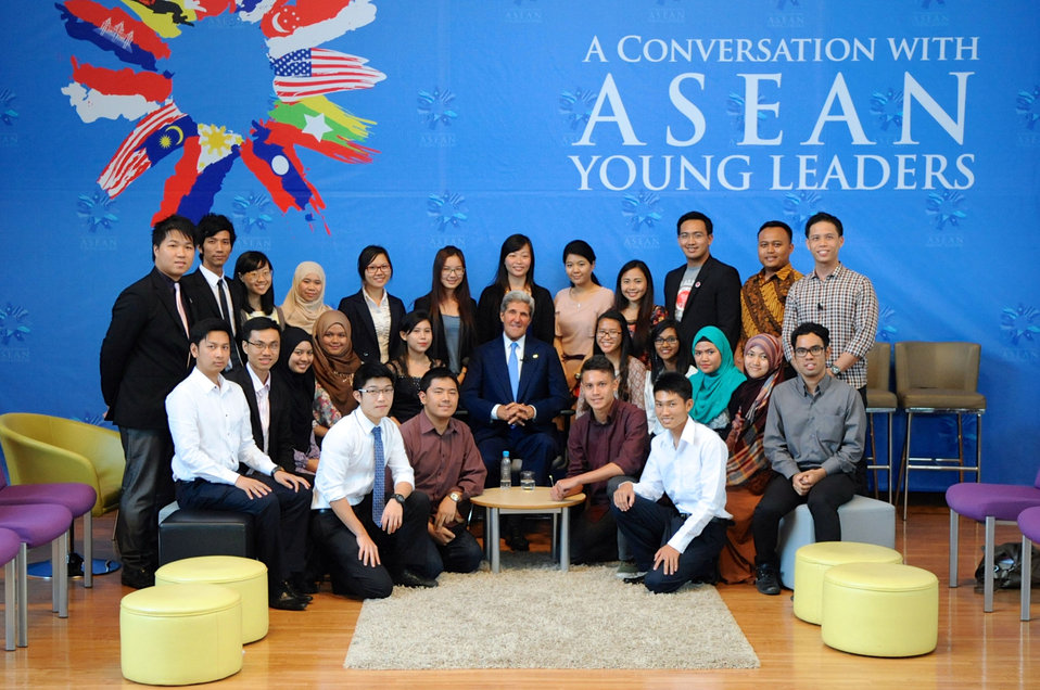 Secretary Kerry, Young ASEAN Leaders Pose After Meeting