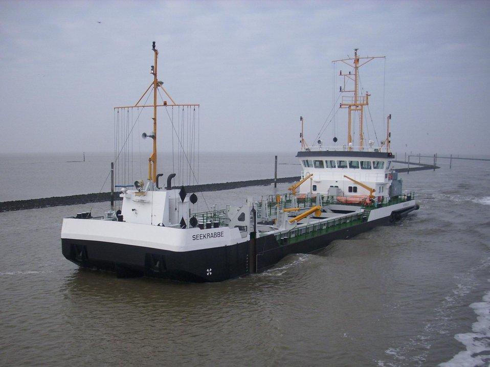 Deutsch:  Baggerschiff Seekrabbe im Einsatz in der Einfahrt vor Norddeich