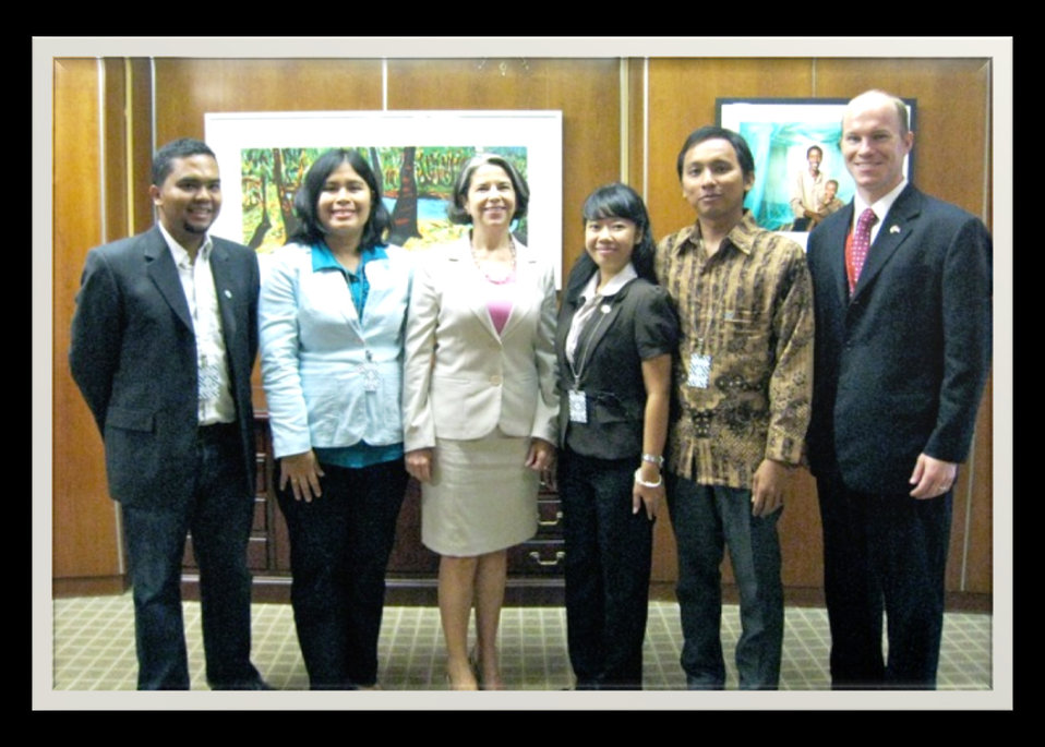 Under Secretary Otero Poses for a Photo With Indonesian New Media Journalists