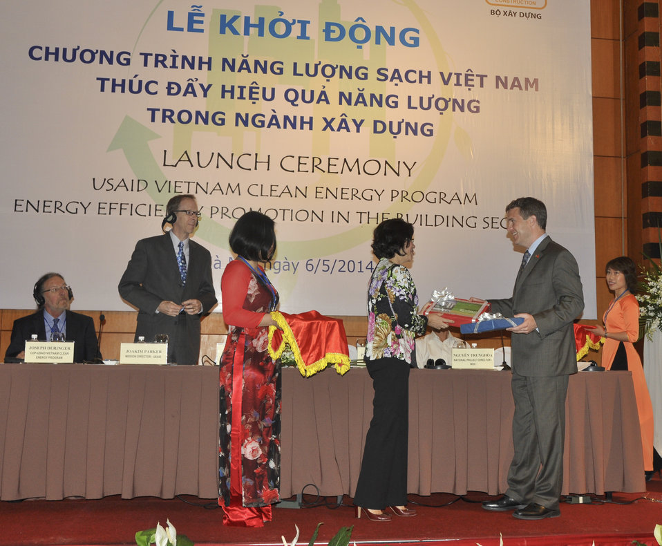 Ms. Phan Thi My Linh, Vice Minister of Vietnam's Ministry of Construction and Acting Senior Deputy Assistant Administrator Jason Foley of USAID
