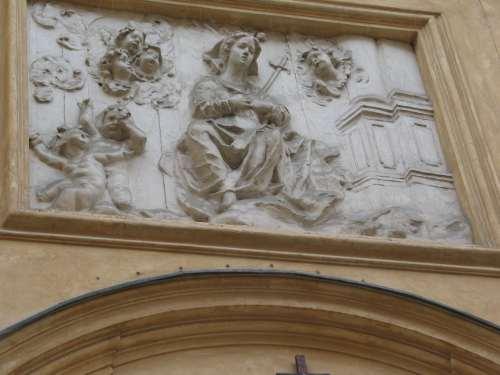 Ozdoba znad wejścia do kościoła św. Marcina w Warszawie - zdjecie własne, zbliżenie płaskorzeźby Dixi