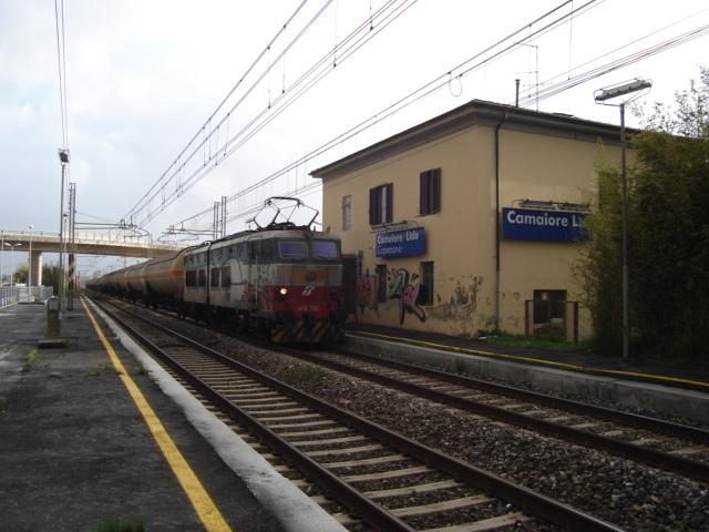 Italiano:  Un treno merci in transito presso la stazione di Camaiore Lido