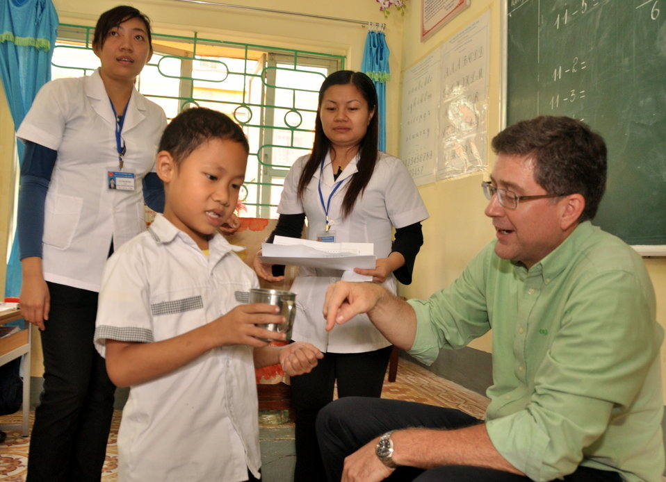 Jonathan Ross, Director of USAID/Vietnam's Office of Health, Joins the deworming medicine distribution in Dien Bien
