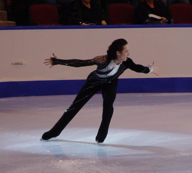 en:Johnny Weir performing a back crossover.