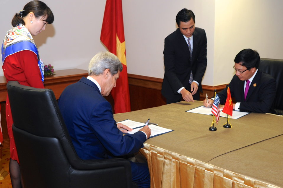Secretary Kerry, Vietnamese Foreign Minister Minh Sign Agreement