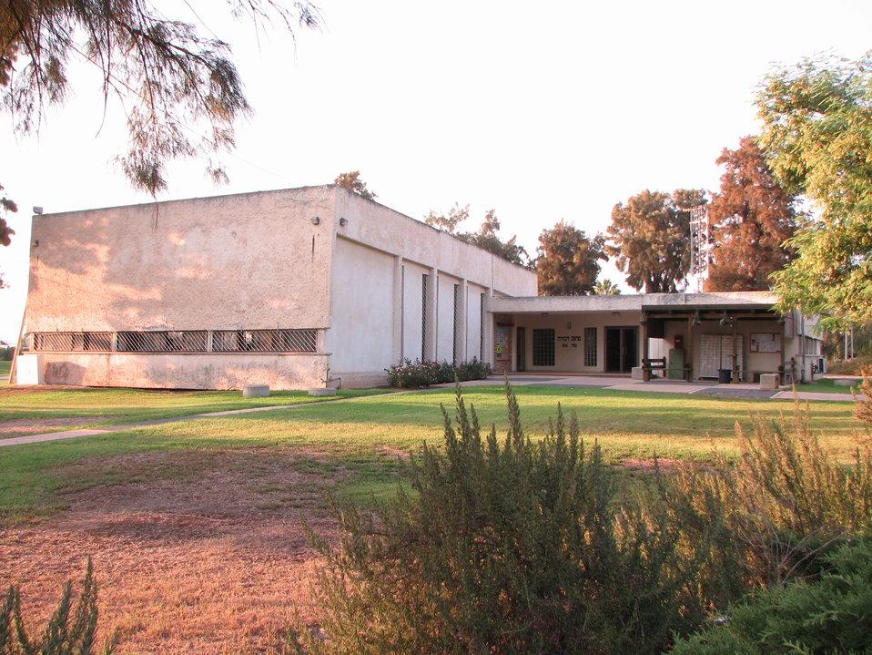 עברית:  בית העם במושב דבורה