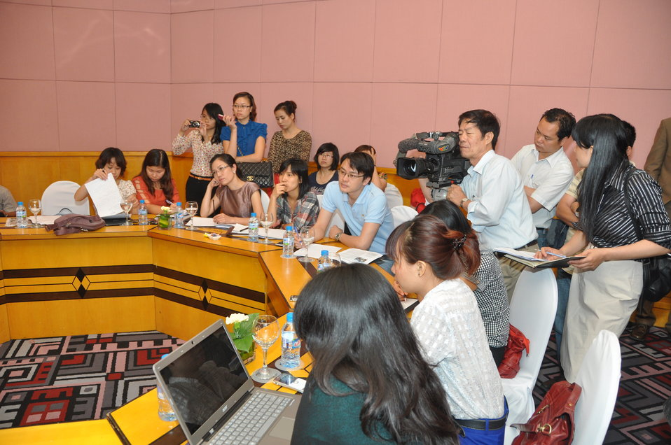 USAID Deputy Administrator Donald Steinberg meets the press in Hanoi on May 8.