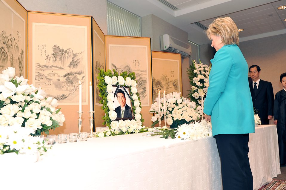 Secretary Clinton Signs Condolence Book for Former South Korean President Roh