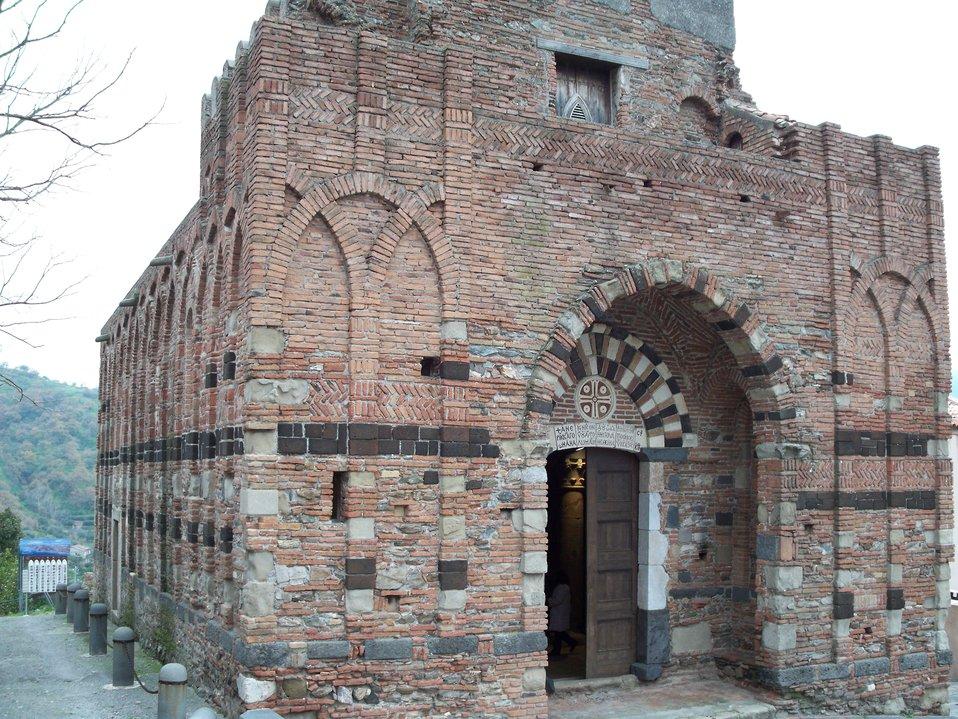 Italiano:  Prospetto della chiesa normanna dei SS Pietro e Paolo di Casalvecchio Siculo (XII sec.)