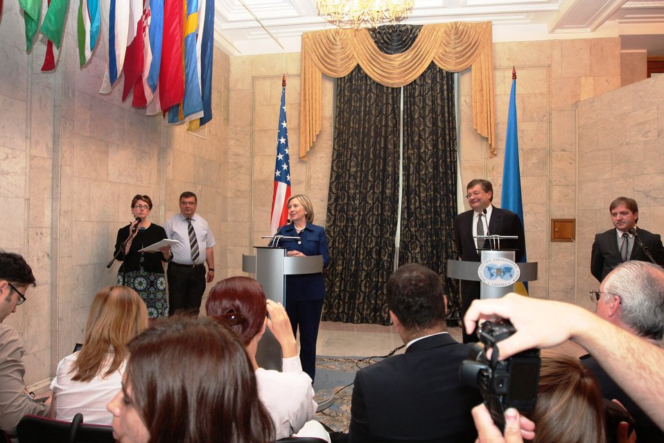 Secretary Clinton Meets With Ukrainian Foreign Minister