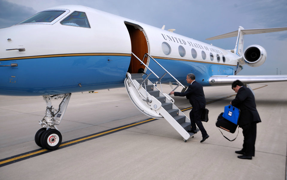Great Lakes Special Envoy Feingold Boards the Plane