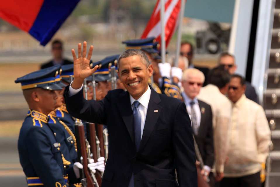 President Obama Waves Upon Arrival in Manila, Philippines