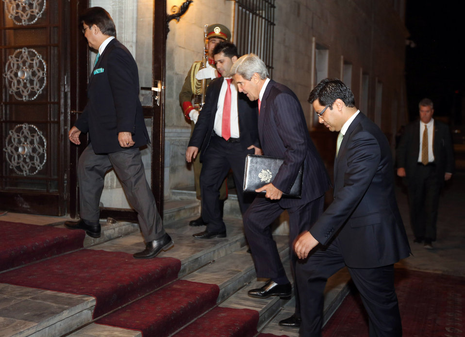 Secretary Kerry Enters the Afghan Presidential Palace