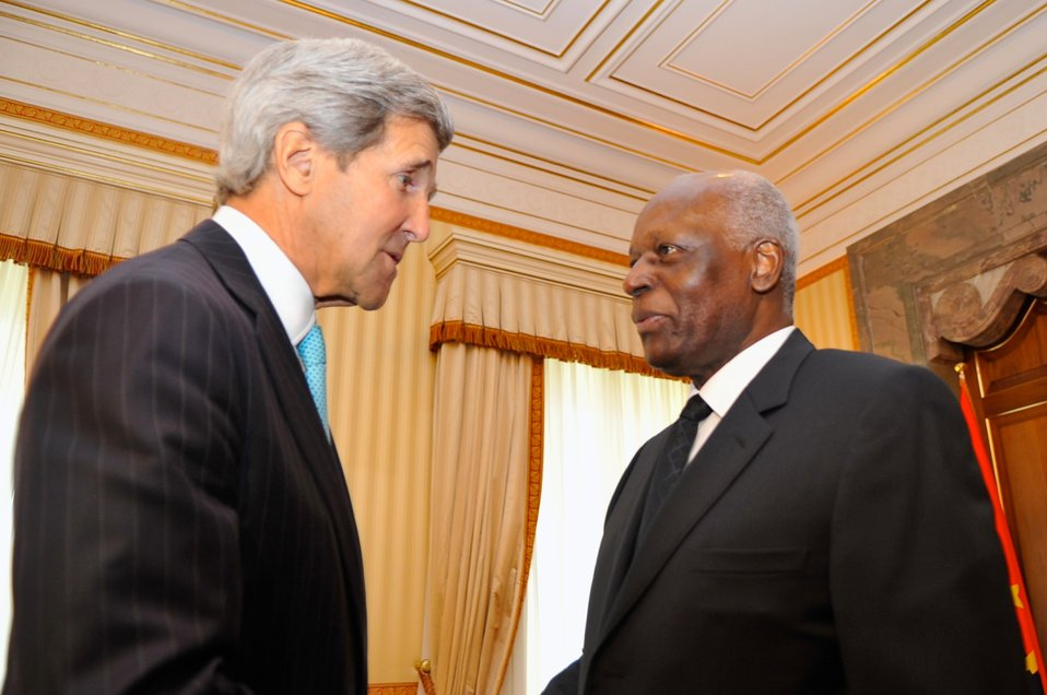 Angolan President dos Santos Welcomes Secretary Kerry to Presidential Palace in Luanda