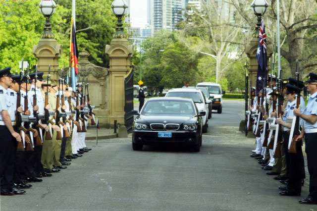Secretary Clinton Is Welcomed to the Government House