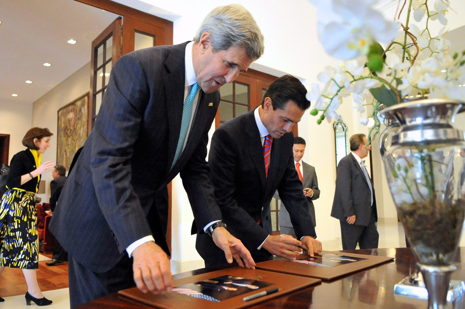 Secretary Kerry, Mexican President Peña Nieto Sign Photos