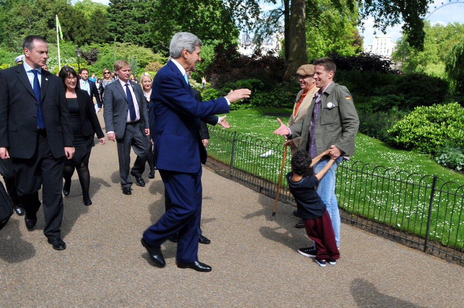 Secretary Kerry Greets American Tourists in London