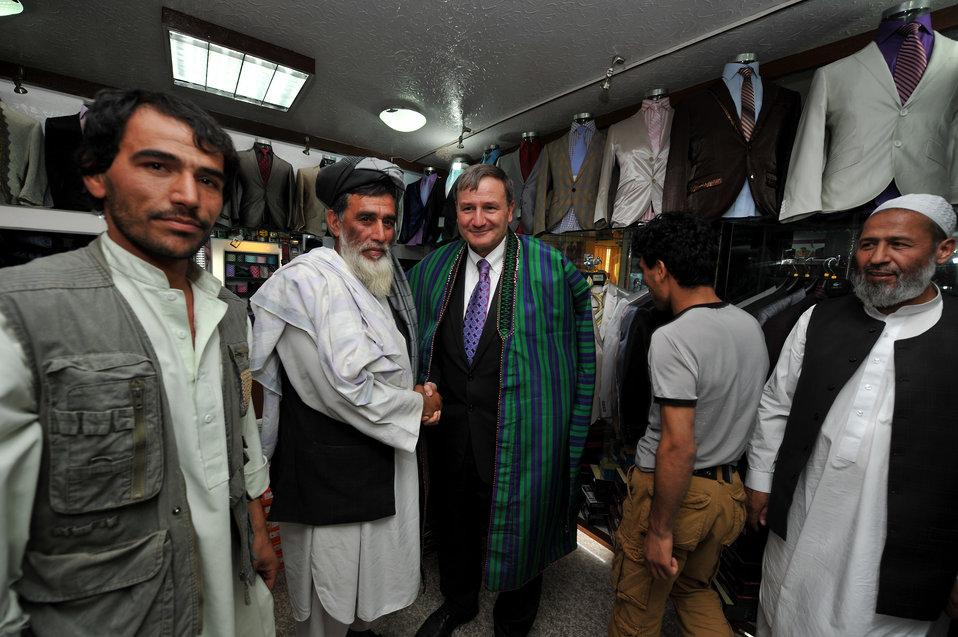 سفیر ایالات متحده آیکنبیری وشاروال کابل نواندیش مغازه فروشگاه را بعد از حملات ماه جنوری دوباره افتتاح نمودند