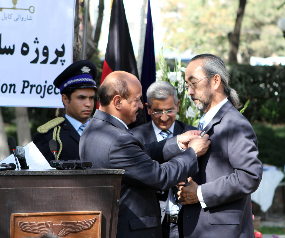 Dr.Ken Yamashita received a medal from Kabul mayor