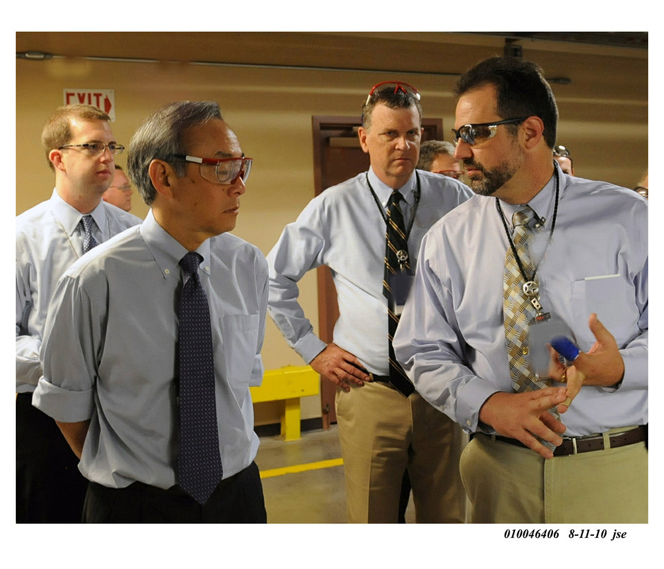 Secretary Chu gets briefed on NNSA's weapons dismantlement programs during visit to Pantex Plant. (Aug. 11, 2010)