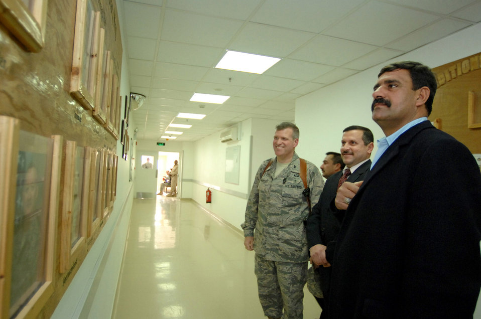 Iraqi leaders visit civilian IED victims at Air Force hospital