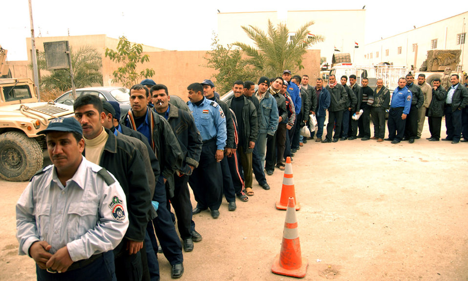 Coalition Forces assist in Iraqi police pay day