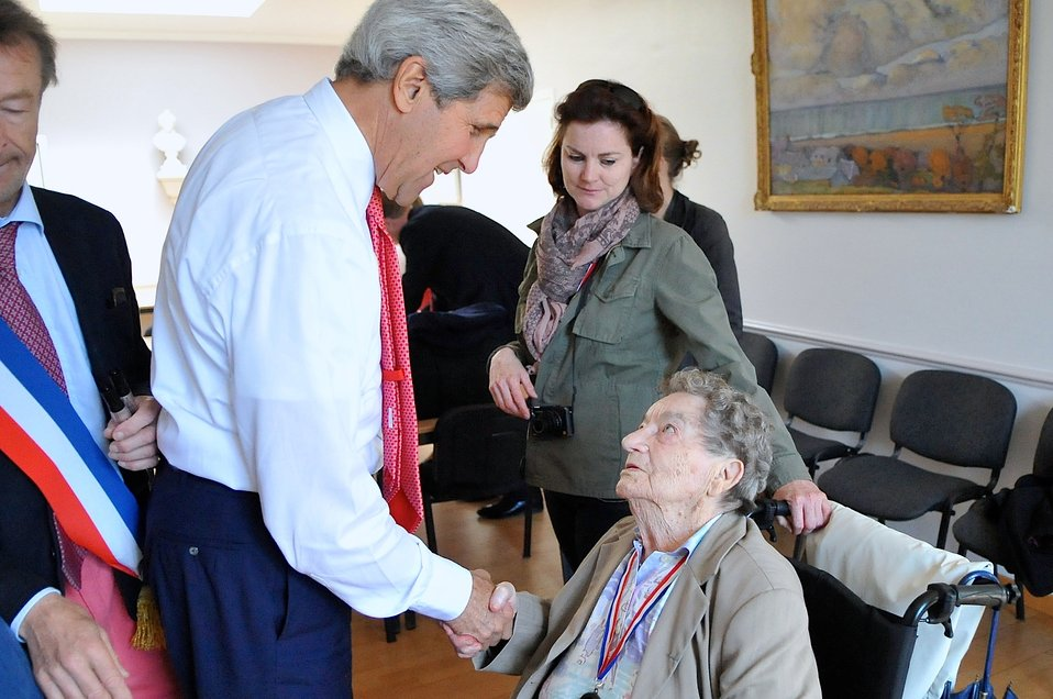 Secretary Kerry Greets Famed WWII Photo Subject Leluaut Before Commemorative Ceremony in Saint Briac