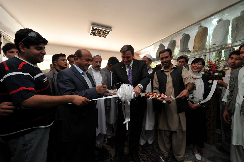 Ambassador Eikenberry and Kabul Mayor Nawandish Re-Open Foroshgah Shopping Center After January Attacks
