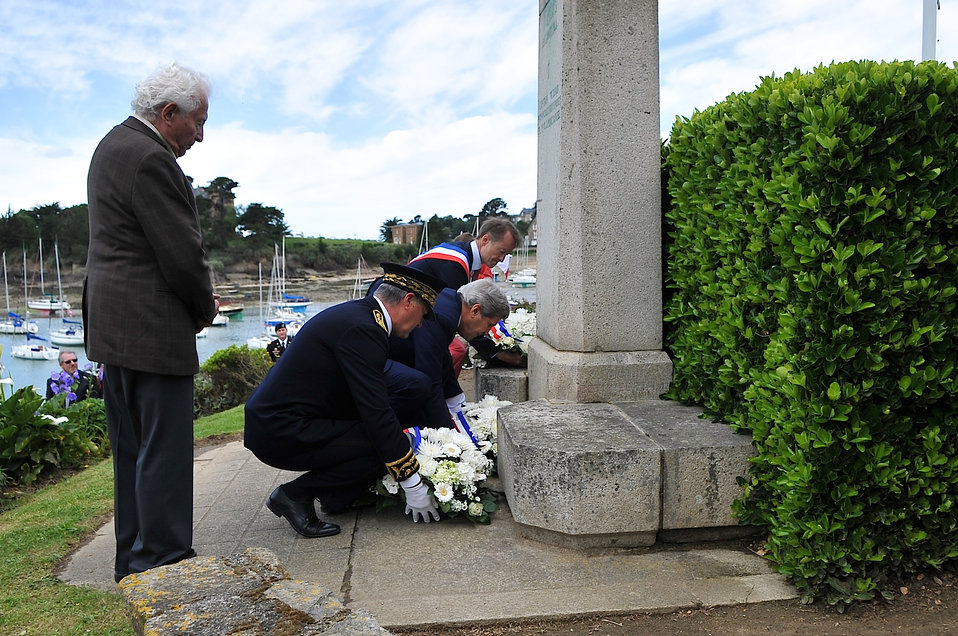 Secretary Kerry, Brittany Officials, Photographer Vaccaro Pay Tribute to American WWII Victims