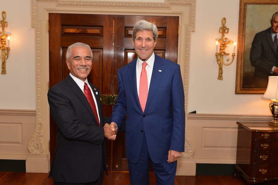 Secretary Kerry Shakes Hands With President of Kiribati Anote Tong
