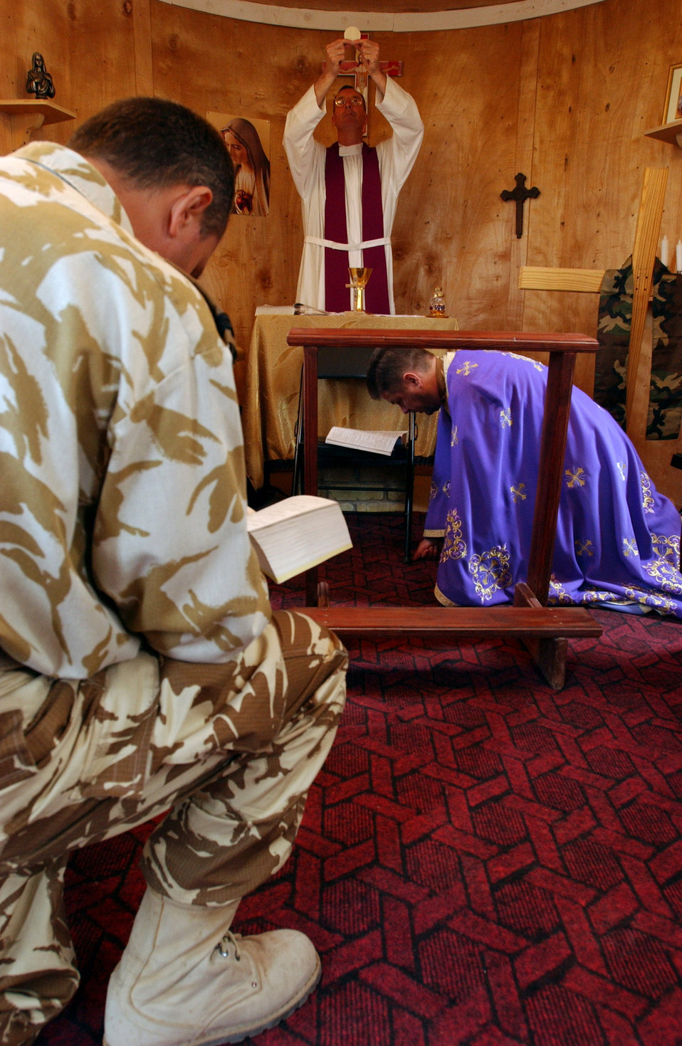Air Force chaplain celebrates Mass for Romanians in Italian