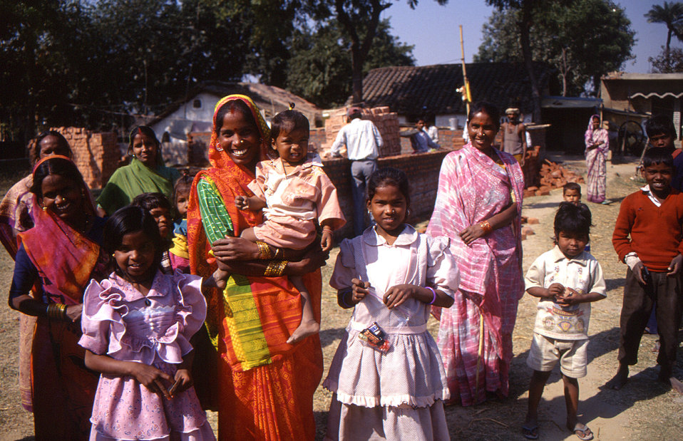 This 2000 photograph depicted a group of women and children in Gorakhpur, India. Provided by Chris Zahniser, B.S.N., R.N., M.P.H., a STOP Tr