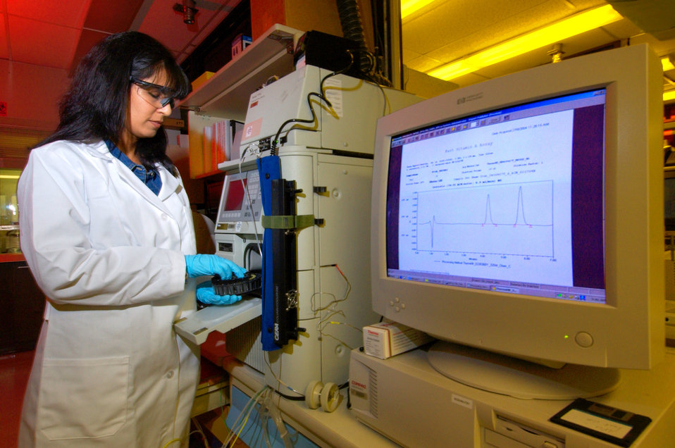 This photograph showed CDC chemist Madhulika Chaudhary-Webb, preparing a High Performance Liquid Chromatography (HPLC) instrument in order t