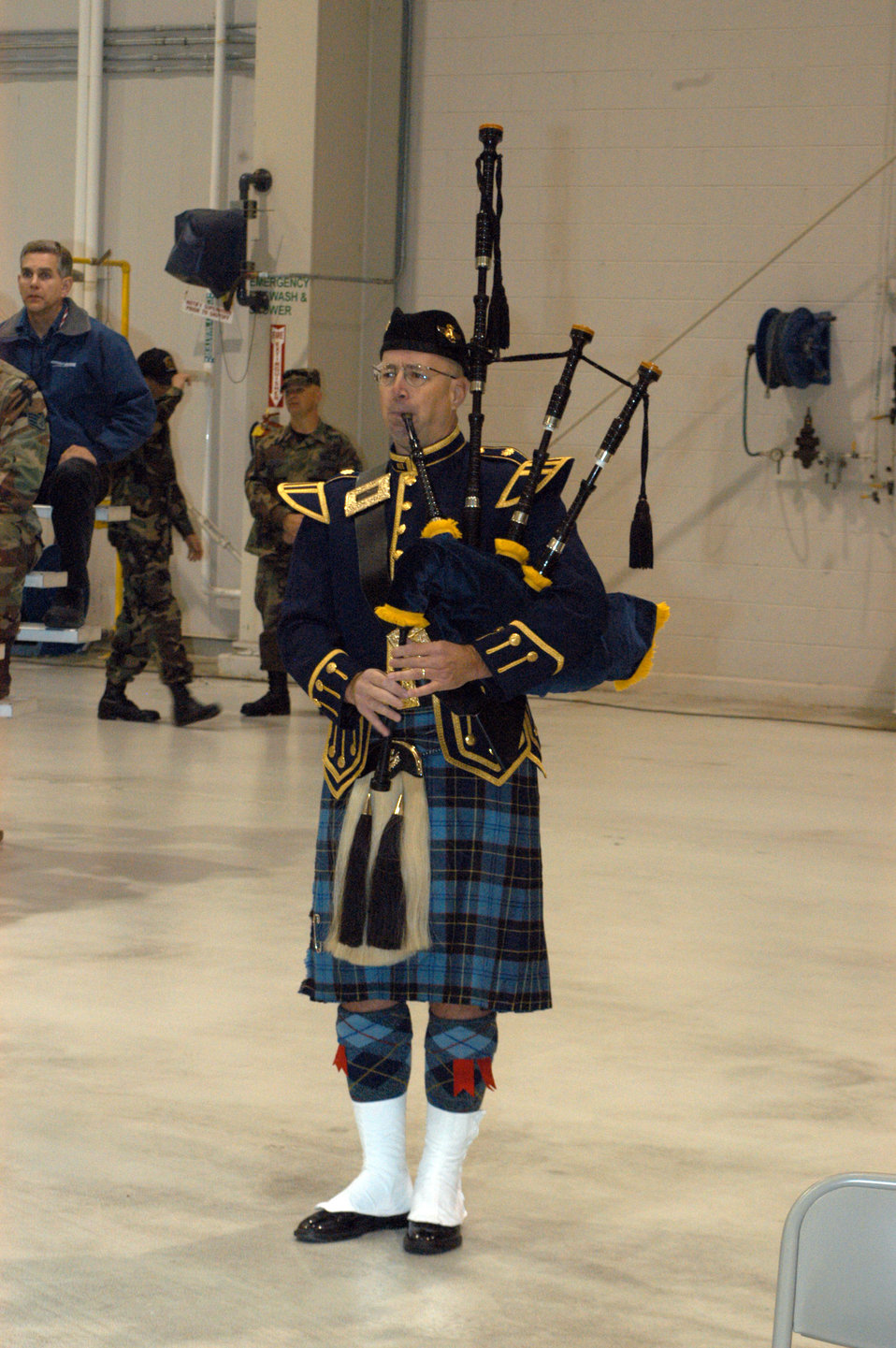 Joint Stars Airman plays bagpipes