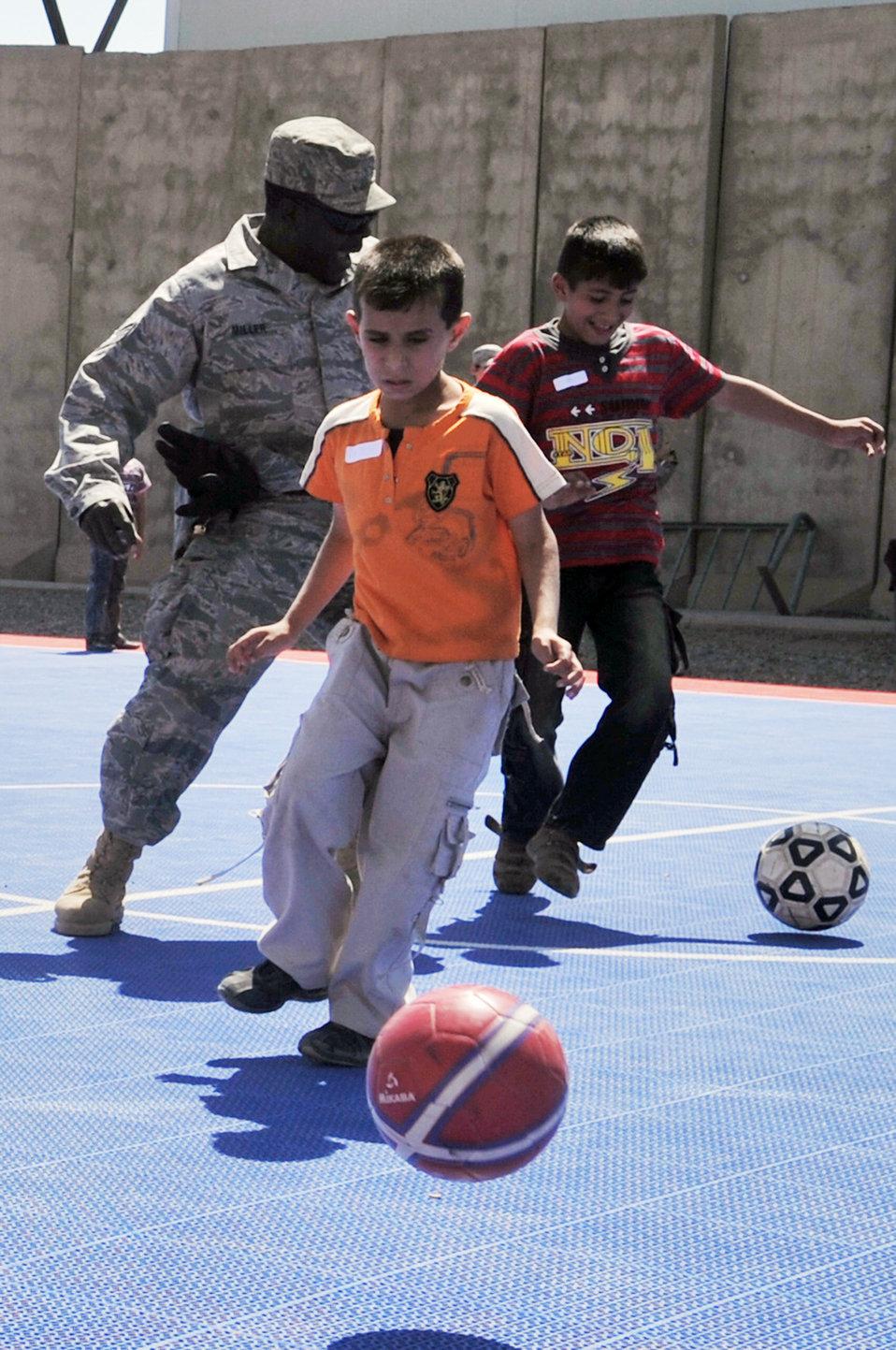 Balad servicemembers strengthen bonds with community, children