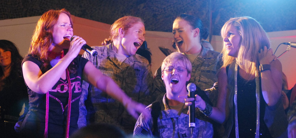 Celebrities thank troops at Thanksgiving concert