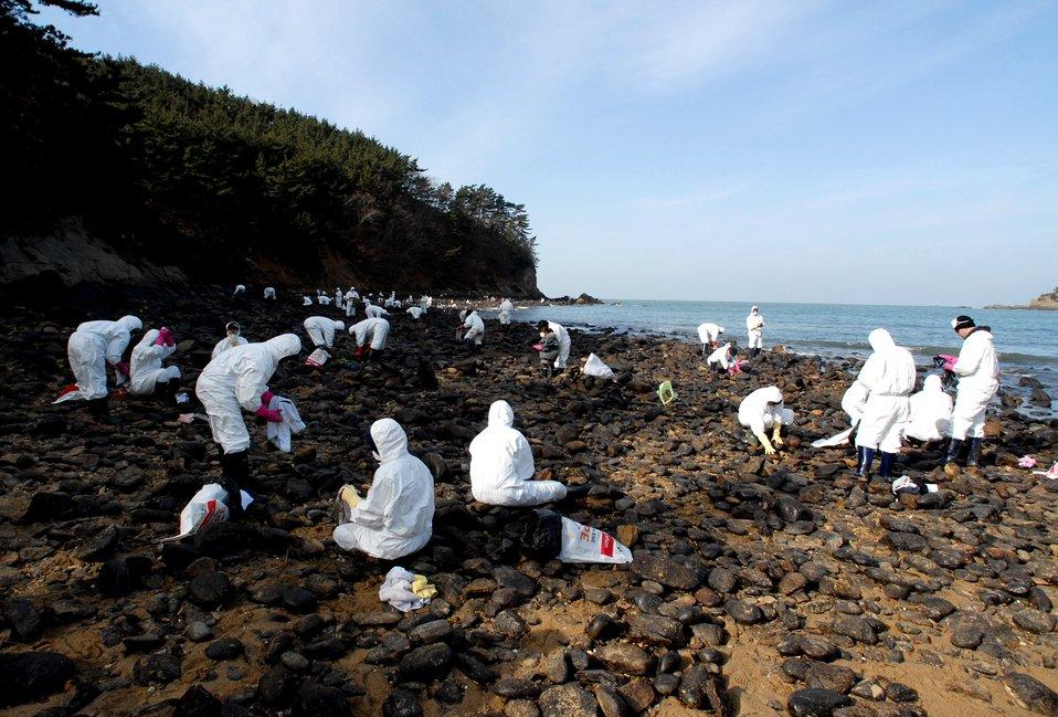 Airman, Soldiers aid local beach in oil spill clean-up