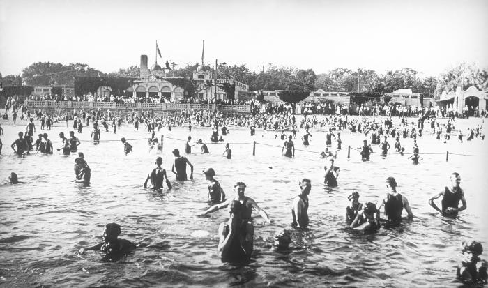 This 1917 photograph depicted a gathering of swimmers at the Lake Calhoun public bathing beach in Minneapolis, Minnesota. This image offered