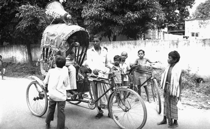 This 1975 photograph depicted two local Bangladesh smallpox eradication team volunteers as they were getting the word out throughout a villa