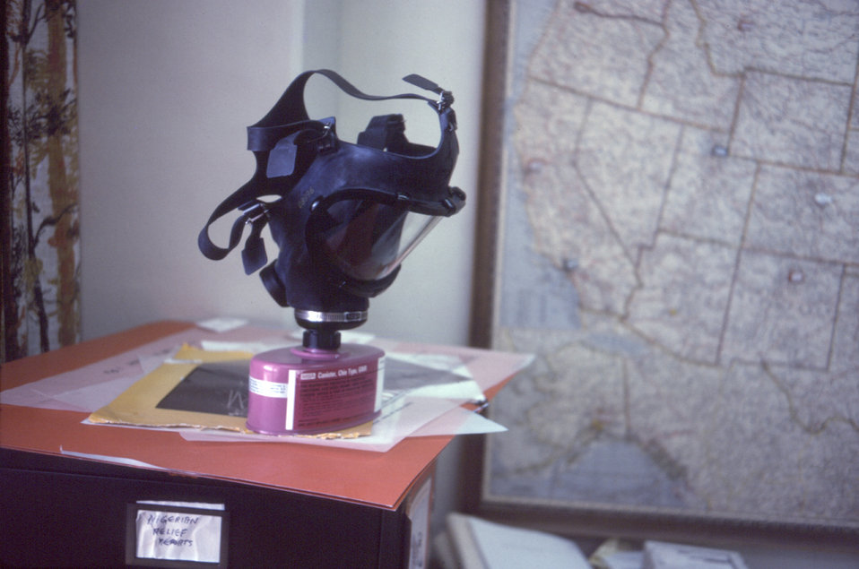 This photograph showed a protective facial filtration mask, equipped with a HEPA filter, which is similar to those used in the Zaire, and Su