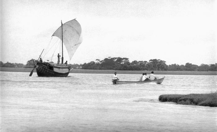 This image depicted the juxtaposition of 'old' and 'new' modes of transport. In the background, a river sailing boat was traveling using the